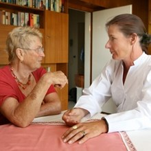 MDK-Mitarbeiterin begutachtet eine Patientin