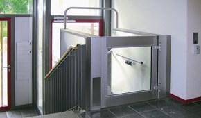 hublift und hebelift hebeb hne f r rollstuhl. Black Bedroom Furniture Sets. Home Design Ideas